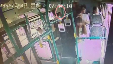 杭州女子公交上遭遇暴露狂 司机停车留人男子被行拘