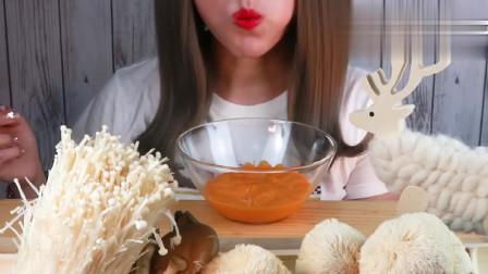 吃货小姐姐:吃的这是蘑菇吗?看看这吃法,你敢吃吗?