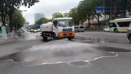 工作中的洒水车视频,顺便把路过的车都给冲洗了