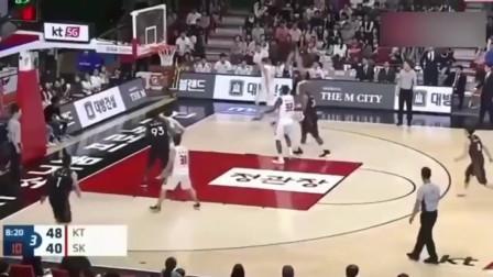 史上最尴尬的篮球时刻!估计这位球员一辈子都不会忘记这个梗!
