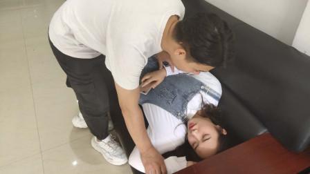 女子睡觉时总觉得有人,查完监控后,门卫被警察带走