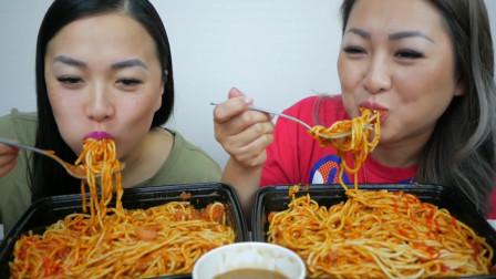 吃播微笑姐,和妹妹一起吃拌面,两人大口大口吃的好开心