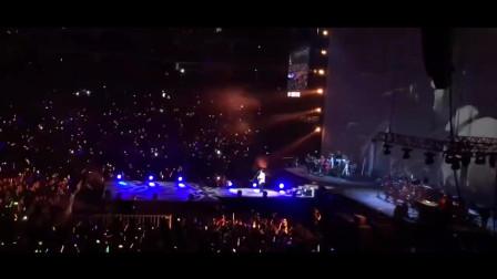 一首老歌音乐一响起,台上原唱还没开口,台下万人就集体大合唱了