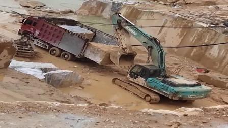 挖掘机为大货车装巨石,这操作厉害了,月薪一万都低了