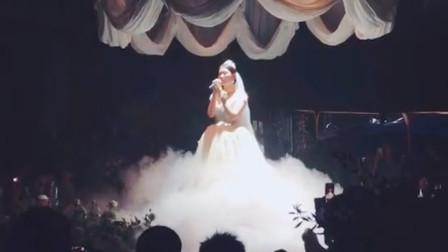 婚礼上新娘演唱歌曲,哽咽的歌声却感动了全场,网友:这才是最真实的