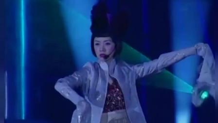 当年梅艳芳参加央视春节联欢晚会,献唱《床前明月光》,经典回顾
