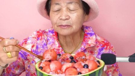80多岁的韩国老奶奶穿花衬衫吃西瓜冷饮,浓郁的夏威夷风情