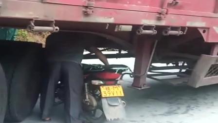 大货车拐弯失误堵住了路口,还是大叔机智,直接钻车底了