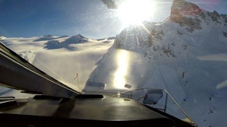 阿尔卑斯山上空直升机与客机对撞成碎片 旋转下降坠地