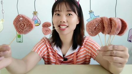 """美食拆箱,小姐姐吃""""山楂卷棒棒糖"""",大卷长长有趣味,酸甜美味"""