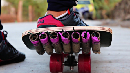 印度小哥用7个二踢脚驱动滑板,镜头记录惊魂5秒