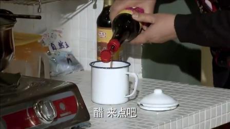 女婿得罪丈母娘,丈母娘偷偷给茶水加料,女婿一口下去马上喷了