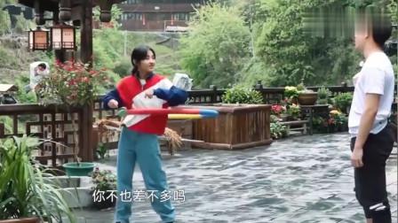 彭昱畅张子枫互怼转呼啦圈姿势不够优雅,子枫还送体重器给彭彭!