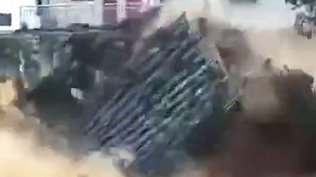 福建一房屋轰然倒塌 散架后直接被洪水冲走
