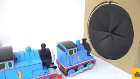 托马斯小火车钻进盒子里 玩具箱 有趣的玩具