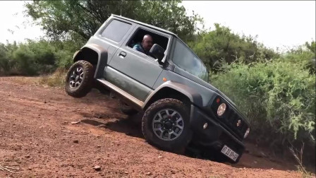 老外在朋友面前试驾他新买的铃木吉姆尼,这车底盘真稳