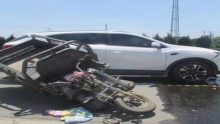 亳州:司机回头与人说话 ,轿车撞上电三轮
