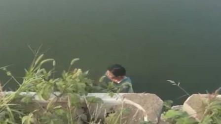 阜南:女子清晨泡河中, 消防施救竟游走