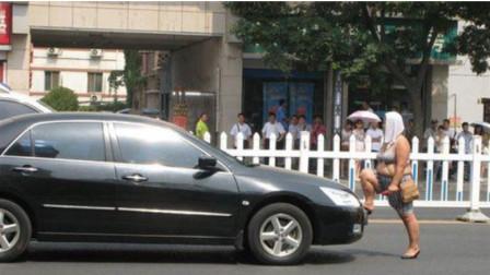 霸道女司机逆行被拦停,夫妻二人不断辱骂威胁,还要拿扳手打砸视频车,视频车:女司机惹不起,驾车驶离!