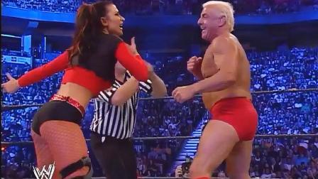 霍根 WWE美女选手以为没人敢打她 胡克霍根直接给她一个抱摔 防不胜防