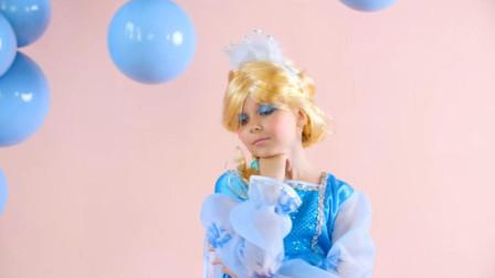 女孩把自己化妆成冰雪奇缘中的两位公主,接着开始了她的表演