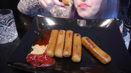吃播:韩国美女吃货试吃德式大烤肠,蘸上番茄酱吃是真的香,过瘾!
