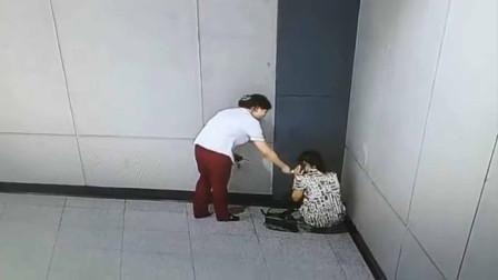 成年女子躲地铁站墙角边打电话边痛哭 女站长默默递上纸巾