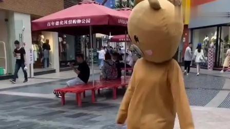 网红熊真是太不听话了,没事去整蛊小情侣,这下自己也被整了吧!