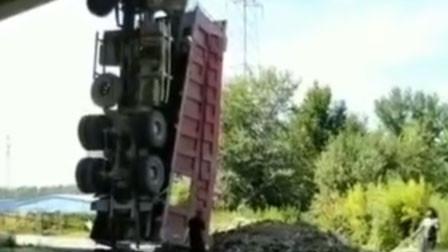 可怕!哈尔滨一大挂车撞桥栏杆后坠桥 司机当场死亡