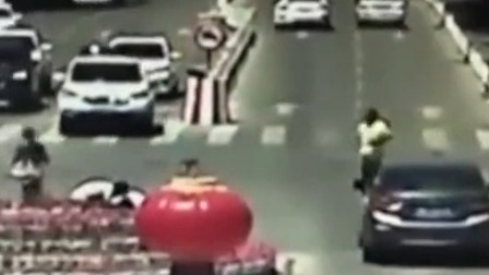 交警中暑晕倒 司机群众合力救助 每日新闻报 20190711 高清版