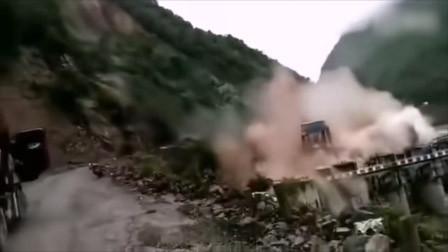 四川乐山一处山体垮塌路人疾奔逃生 水电站库区大坝受损