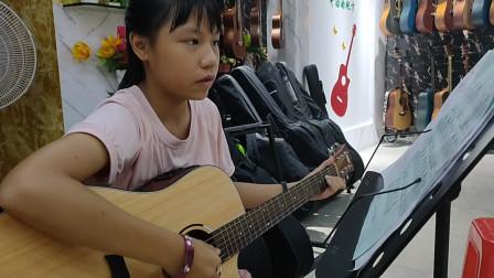 黄卓霖同学学习《小草》吉他弹唱视频