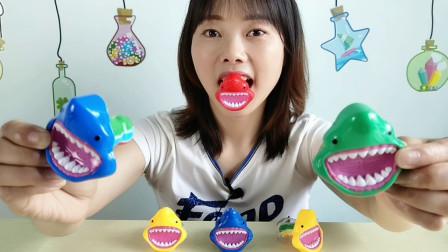 """美食拆箱,吃""""鲨鱼怪嘴糖"""",大嘴小眼好萌趣,造型搞怪滋味甜蜜"""