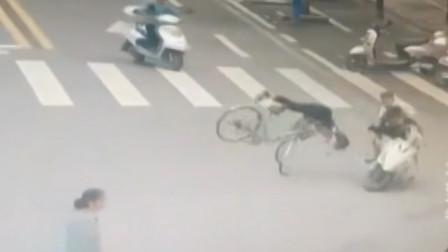 小伙飚摩托逆行撞飞路人,本想下车搀扶,竟被朋友教唆逃逸