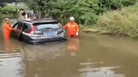 我觉得能过!带路被淹,女司机驾车直接冲,结果:等待救援