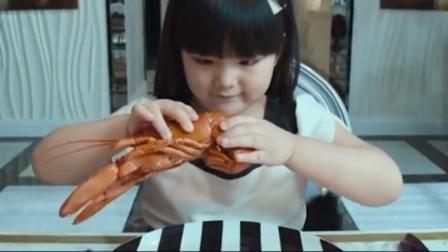 女孩吃早餐抱起大龙虾就想咬,结果保姆赶紧拦住扔给她两个面包片