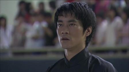 李小龙和劳力士比赛下半场,手抓拳绝招惊险取胜,胜利后李小龙对会场观众喊:我是中国人