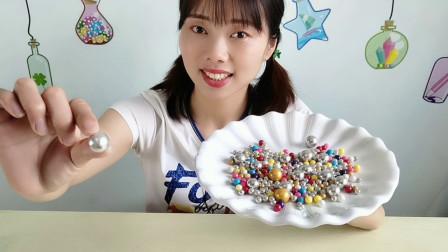 """美食拆箱,吃""""五彩钢珠糖"""",银光闪烁好逼真,趣味体验吃得开心"""
