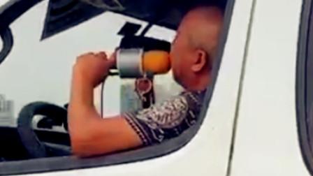 【重庆】男子驾车时唱歌 手拿麦克风很是投入