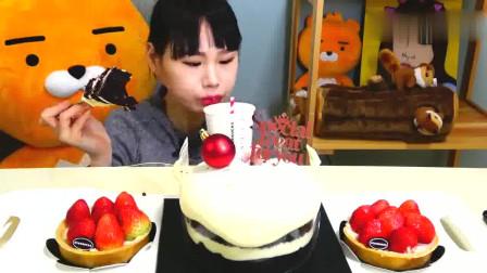 """韩国吃播卡妹吃""""黑色天鹅绒蛋糕+冰草莓奶酪蛋挞""""看得我都馋了"""
