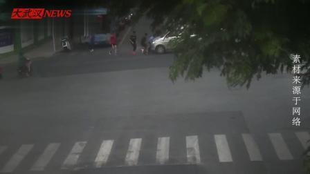 女子被碾车底 公交车上乘客全下来帮忙抬车救人
