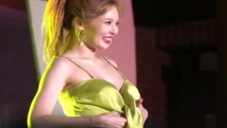泫雅舞台吊带意外散开,她随后做出的一个动作,台下粉丝沸腾了!