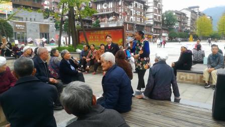 贵州大妈广场唱山歌,全村人都来看,唱的真不错很走心!