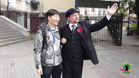 """笑岔气了!在俄罗斯海参崴,遇到""""列宁""""同志,他的中文太搞笑了"""