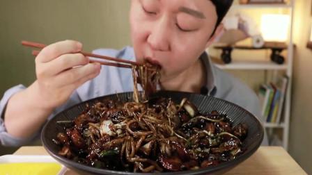 美食之韩式炸酱面,小哥吃起来满满的吸食声,好想吃一口