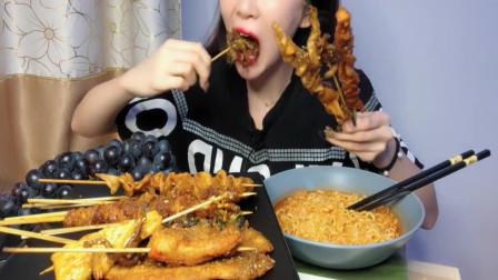 美女吃炸串和方便面,网友:欢迎收看深夜放毒之舌尖上的中国!