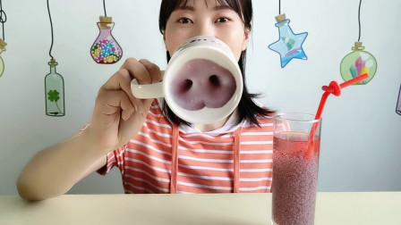 """妹子拆箱,用""""猪鼻子马克杯""""喝饮料,秒变猪猪女孩,搞怪超有趣"""