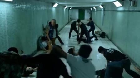 角头:小混混欺负小伙,不料小伙援军就在附近,拎着武器冲出来