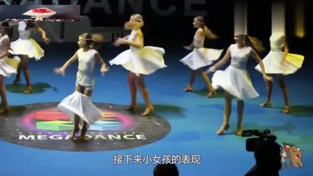 处变不惊!女孩裙子滑落,接下来的一个动作,赢得全场观众掌声