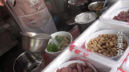 一碗十块钱的鸭血汤,鸭胗鸭肉满满一大碗,再撇上一勺鸭油太香了